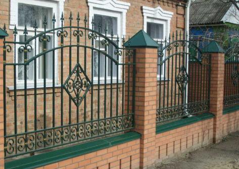 кирпичный забор с ковкой в Кемерово
