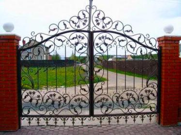 заборы с элементами ковки с распашными воротами