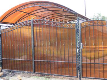 забор из поликарбоната с распашными воротами и калиткой